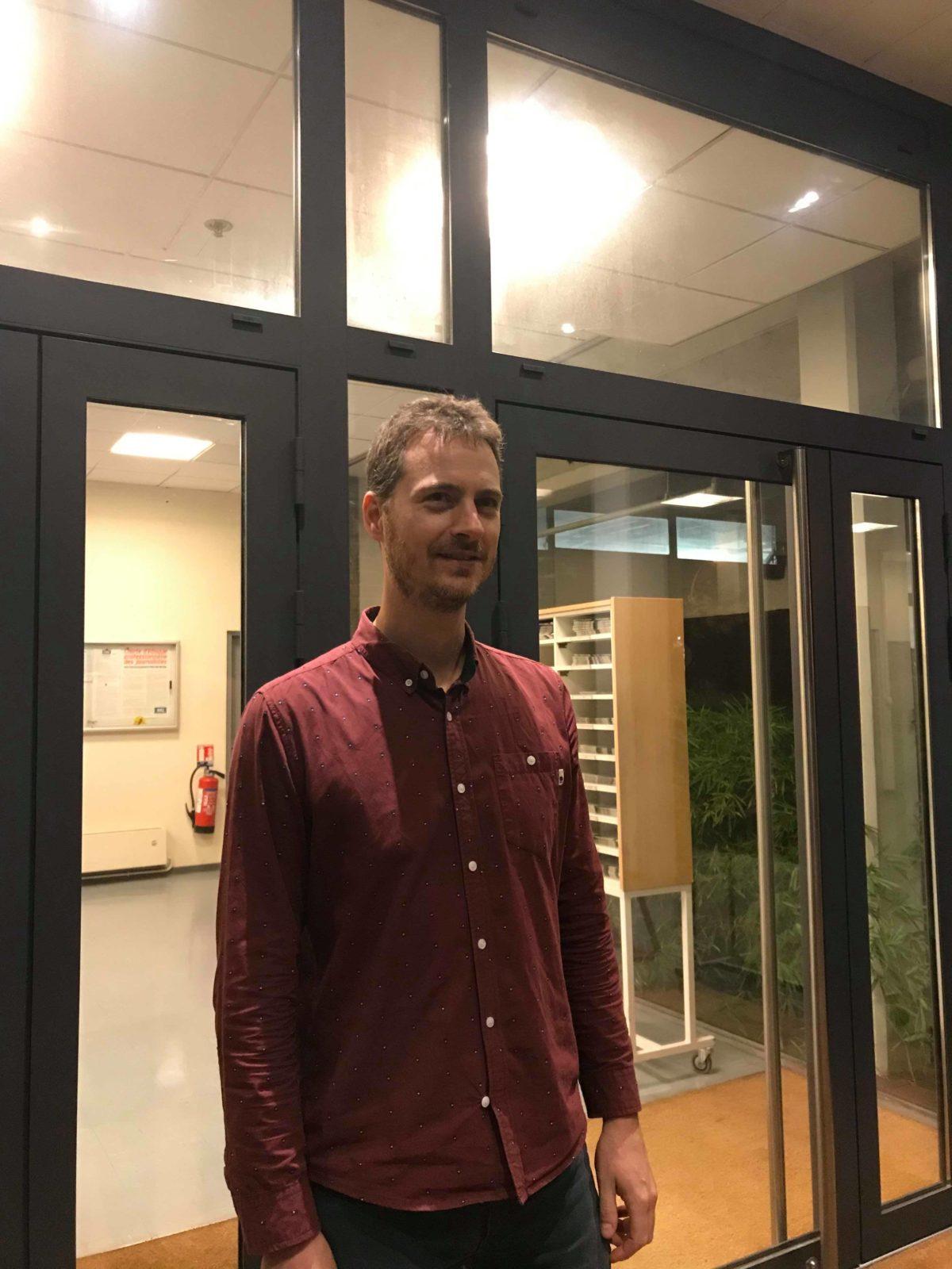 Sébastien Marcelle, devant l'entrée de la Dépêche